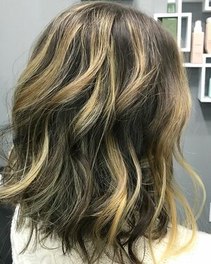 Swipe ⬅️ to see the before photo! We transformed this beauty with a textured lob and #balayage 😍